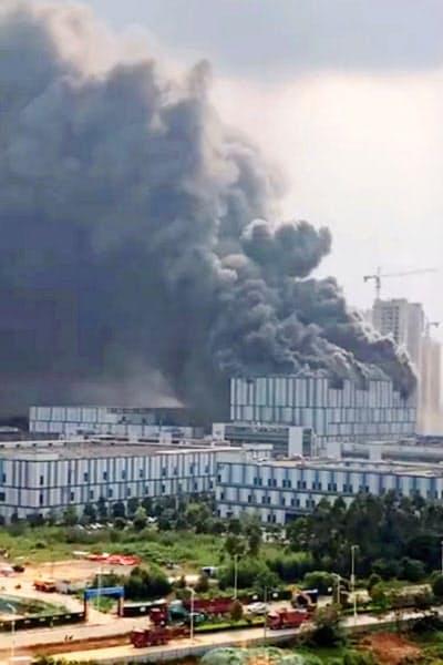 25日、火災が発生した中国広東省東莞市にあるファーウェイの施設(「微博(ウェイボ)」から、共同)