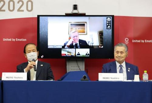 記者会見で質問に答える東京五輪・パラリンピック組織委の武藤事務総長(左)。中央はIOC調整委員会のコーツ委員長、右は組織委の森会長(25日、東京都中央区)=代表撮影