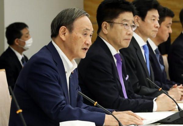 新型コロナウイルス感染症対策本部の会合で発言する菅首相(25日、首相官邸)