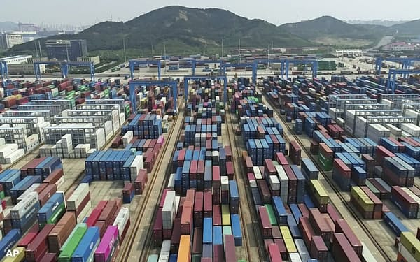 中国の貿易量は7月に過去最大になった(山東省の港)=AP