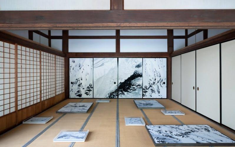 写真「SNOW MOUNTAIN」をふすま絵にした妙満寺(京都市)の大書院。CHAOS 2020 (C)Mikiya Takimoto