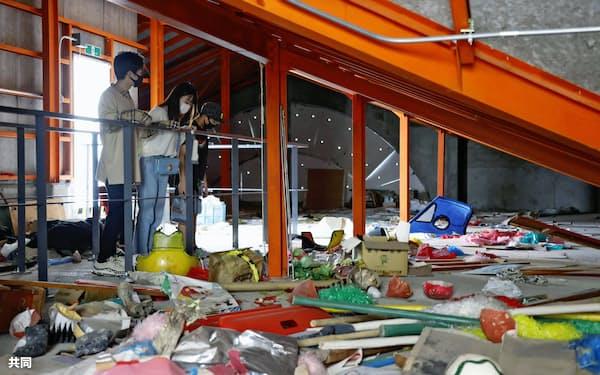震災遺構として一般公開が始まった、中浜小学校の屋上の倉庫。震災当日に児童らが避難し、段ボールなどで寒さをしのいだ(26日午後、宮城県山元町)=共同