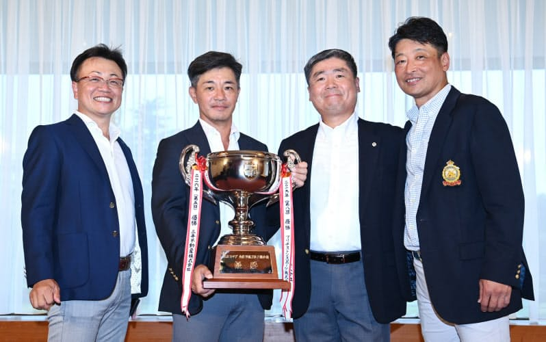 日経カップで優勝し記念写真に納まるプルデンシャル生命保険のメンバー