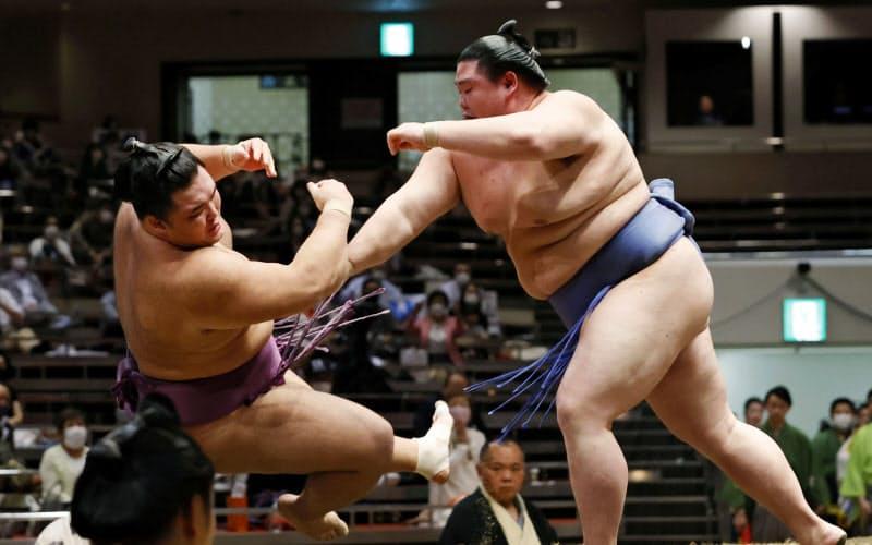 正代(右)が押し倒しで朝乃山を破る(26日、両国国技館)=共同