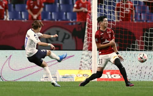 浦和―横浜FC 前半、先制ゴールを決める横浜FC・松尾=左(26日、埼玉スタジアム)=共同