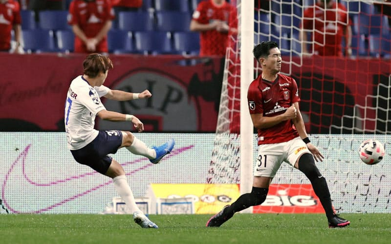 浦和―横浜FC 前半、先制ゴールを決める横浜FC・松尾(左)=埼玉スタジアム