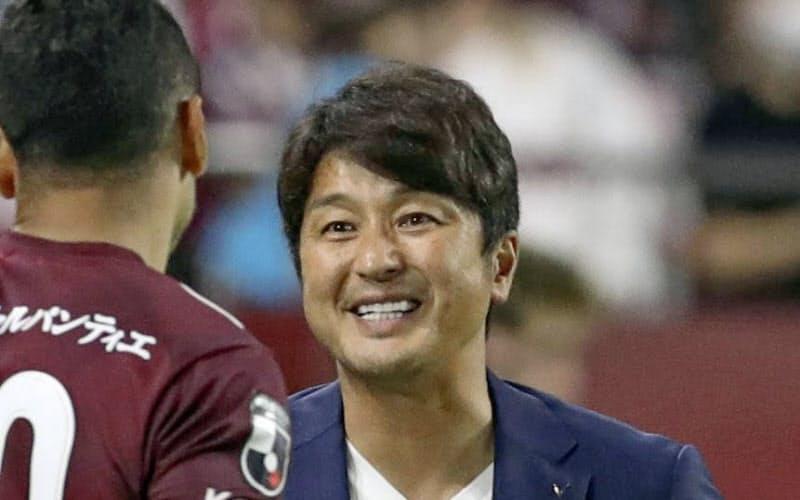 札幌に勝利し笑顔を見せる神戸の三浦新監督(26日、ノエスタ)=共同