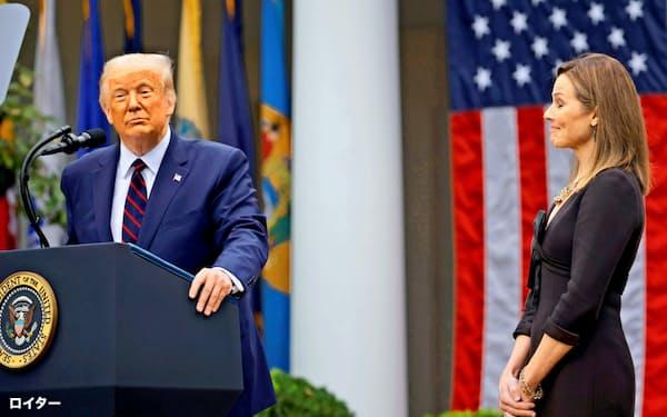 米連邦最高裁判事候補に指名されたバレット氏(右)とトランプ米大統領(26日、ホワイトハウス)=ロイター