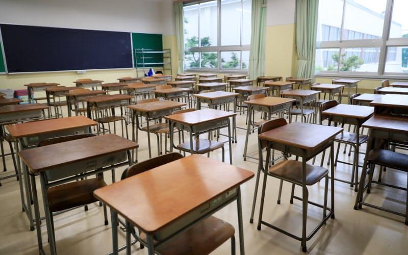 今年は新型コロナ対策で休校期間があったため高校生の採用選考開始が1カ月遅れになった(臨時休校中の私立高校の教室=5月、東京都内)