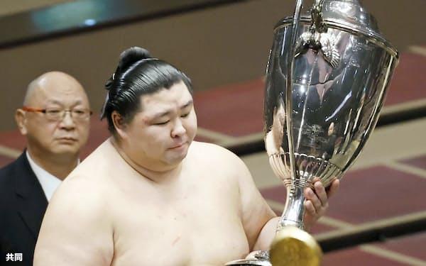 初優勝を果たし、賜杯を手にする正代(27日、両国国技館)=共同
