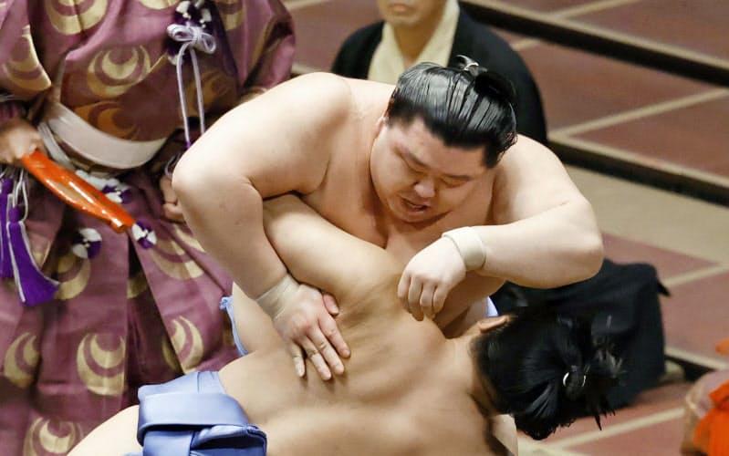 大相撲秋場所千秋楽で翔猿(手前)を突き落としで下し、初優勝を果たした関脇正代(27日、東京・両国国技館)=共同
