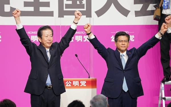公明党大会で7選が承認された山口那津男代表(左)と石井啓一幹事長(27日、東京都千代田区)