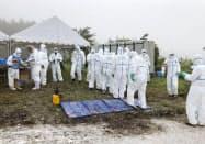 豚熱が発生した養豚場で、消毒作業の準備をする群馬県の職員ら(27日午前、高崎市)=共同