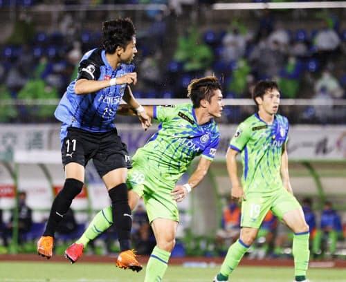 湘南―川崎 前半、ヘディングで先制ゴールを決める川崎・小林=左(27日、BMWスタジアム)=共同