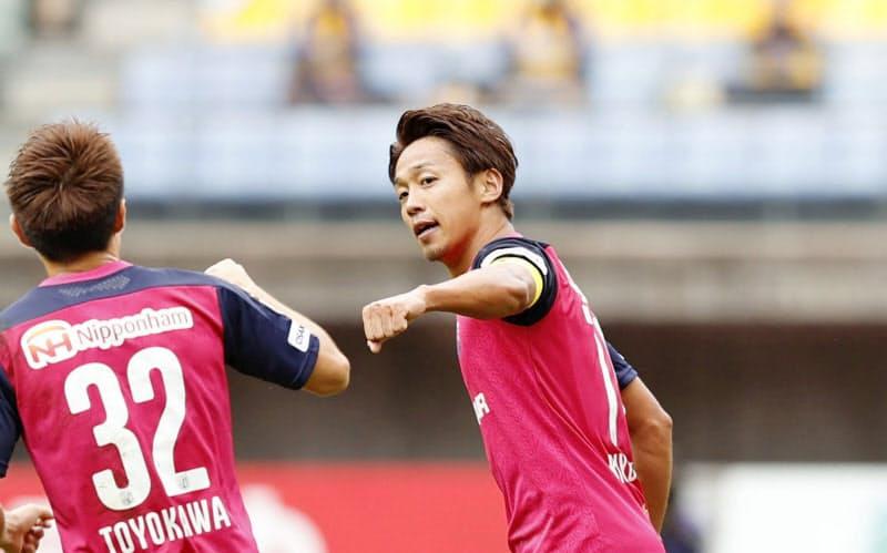 仙台―C大阪 試合終了間際、決勝ゴールを決め、タッチを交わすC大阪・清武=中央(27日、ユアスタ)=共同