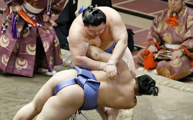 大相撲秋場所千秋楽で翔猿(手前)を突き落としで下し、初優勝を果たした関脇正代=共同