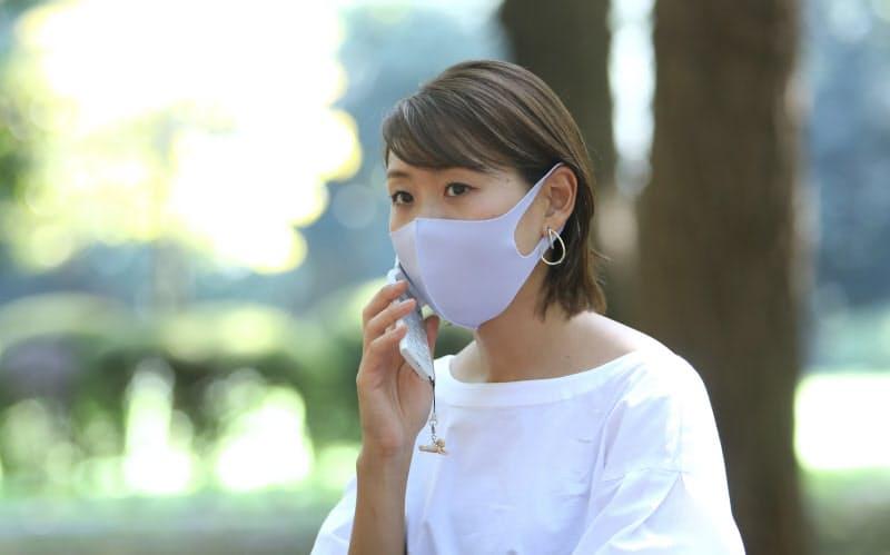 外回りの途中で公園で仕事を進める中山茉莉花さん(東京都渋谷区)