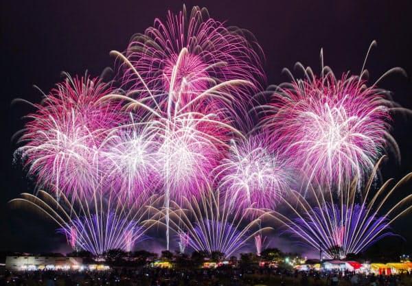 茨城県土浦市で2016年10月に開かれた土浦全国花火競技大会(同大会実行委員会提供)=共同