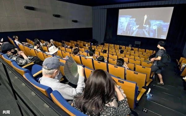 入場制限が緩和され、全席販売が再開された東京・渋谷の映画館(19日)=共同