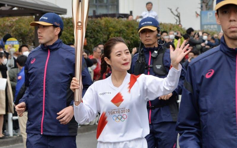 東京五輪の聖火リレーのリハーサルでトーチを持って走る石原さとみさん(2月、東京都羽村市)