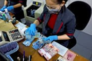 インドネシア中銀は通貨ルピアの供給量を増やして政府から国債を直接引き受け、財政を下支えする(3月)=ロイター