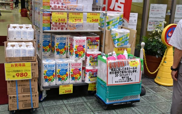 シングルとダブルが並んで陳列されている(大阪市北区、9月中旬)