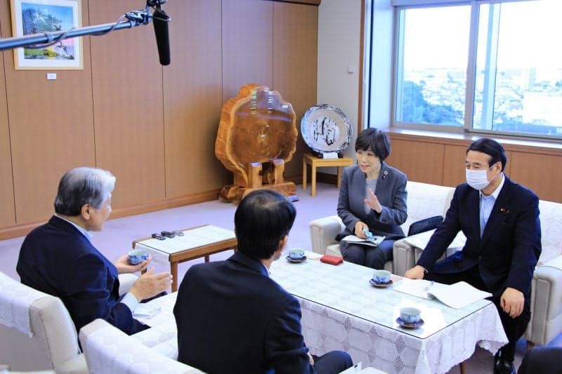 環境省の堀内副大臣(写真右から2人目)らが栃木県の福田知事(左)らと面会した