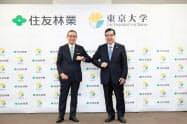 産学協創協定を結んだ住友林業の市川晃会長(左)と東京大学の五神真総長