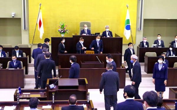 日本共産党浜松市議団4人を除く42人が採決に参加した