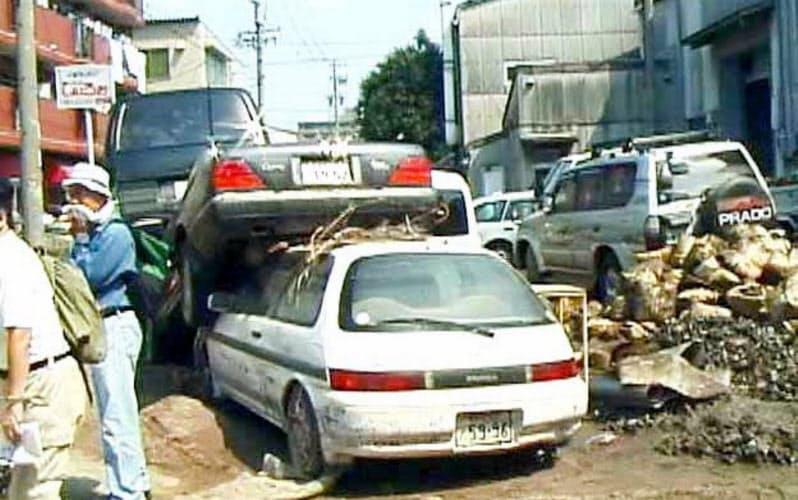 2000年9月の東海豪雨では多くの自動車が水没した(国土地理院提供)