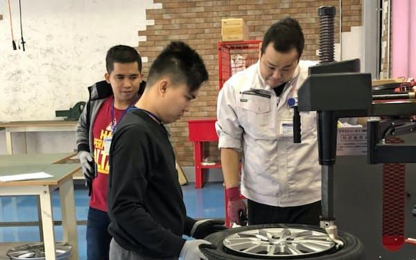インドネシアの技能実習生に自動車整備の技術を伝える(オートバックスセブン提供)