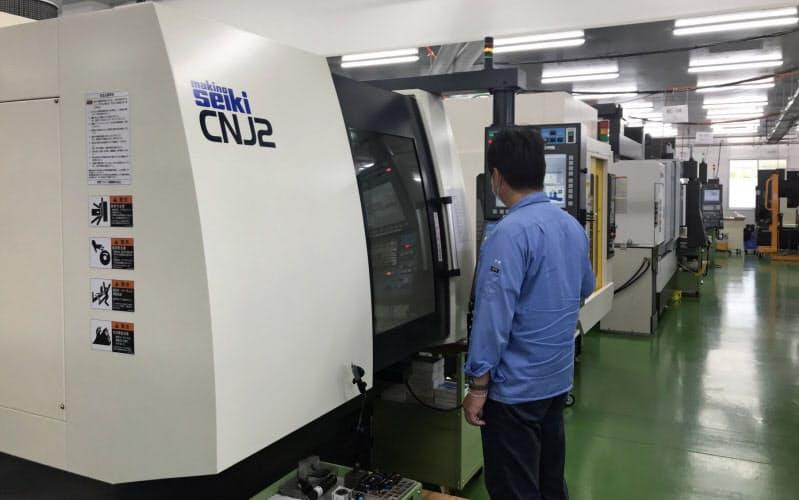 工場の中はインプラントや手術機器を生産する工作機械が所狭しと並んでいる