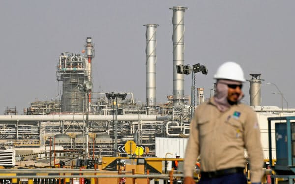 石油などの化石燃料を使うとともに温暖化対策も求められる(アラムコの製油所)