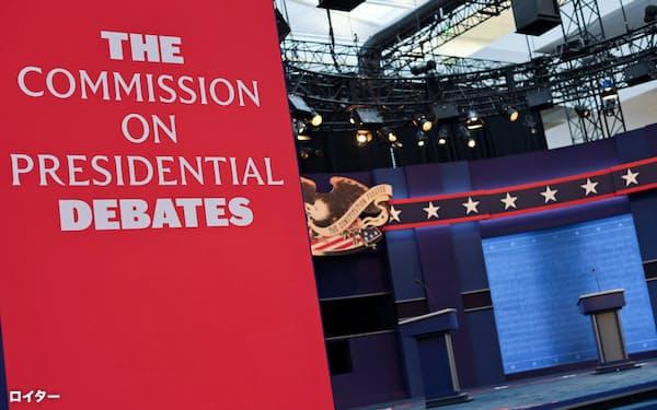 大統領候補者による討論会の準備が進む(28日、米オハイオ州)=ロイター