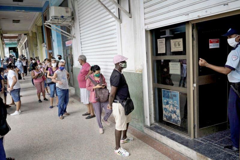 両替所に並ぶ人々(9日、ハバナ)=ロイター