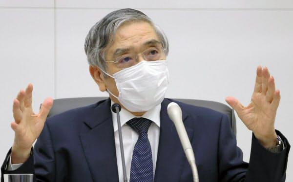 金融政策決定会合後に記者会見する黒田日銀総裁(17日、日銀本店)