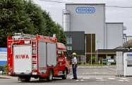 3人が死傷した火災の実況見分が行われた、東洋紡犬山工場へ入る消防車両(29日午前、愛知県犬山市)=共同