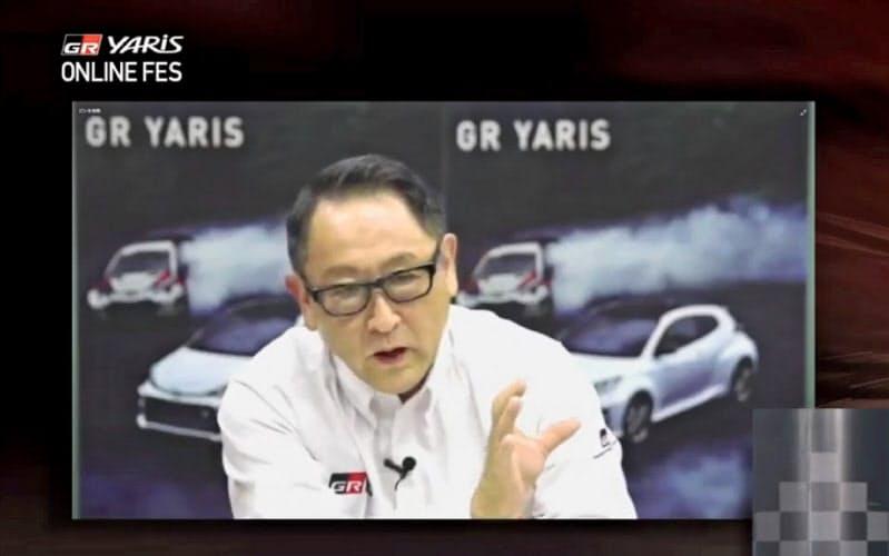 トヨタ自動車の豊田章男社長(左)は販売会社に改革を迫る(動画サイト「ユーチューブ」で配信された新型車イベントの様子)