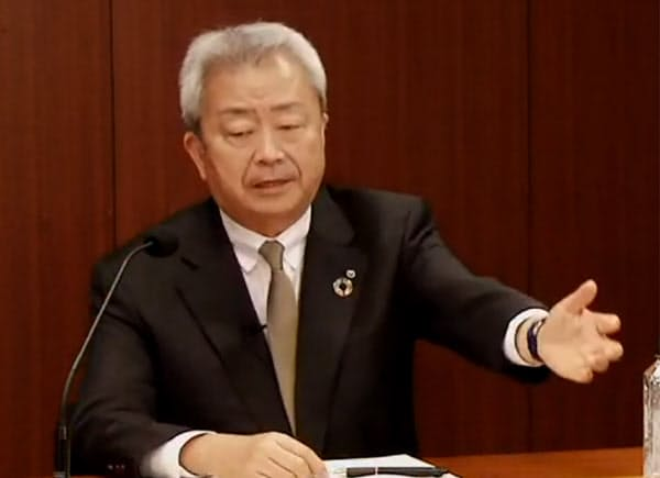 オンラインで記者会見するNTTの澤田社長(29日)