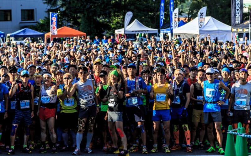 例年2千人規模の参加者が走る活気に満ちた白馬国際トレイルランのスタート