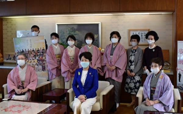 山形県の吉村美栄子知事を表敬訪問した新潟女将会のメンバー(29日、県庁)