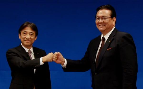 オンラインの記者会見を終え、ポーズをとるNTTドコモの吉沢社長(左)と井伊次期社長(29日)