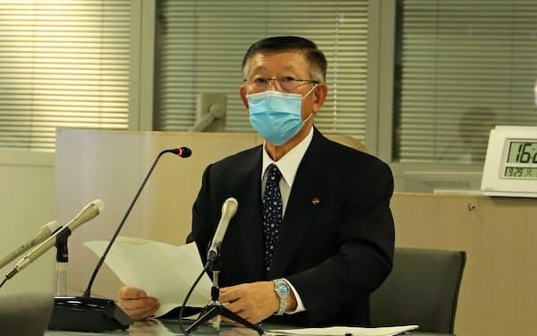 新型コロナウイルス感染症対策本部会議後に記者会見する秋田県の佐竹敬久知事(29日、秋田県庁)