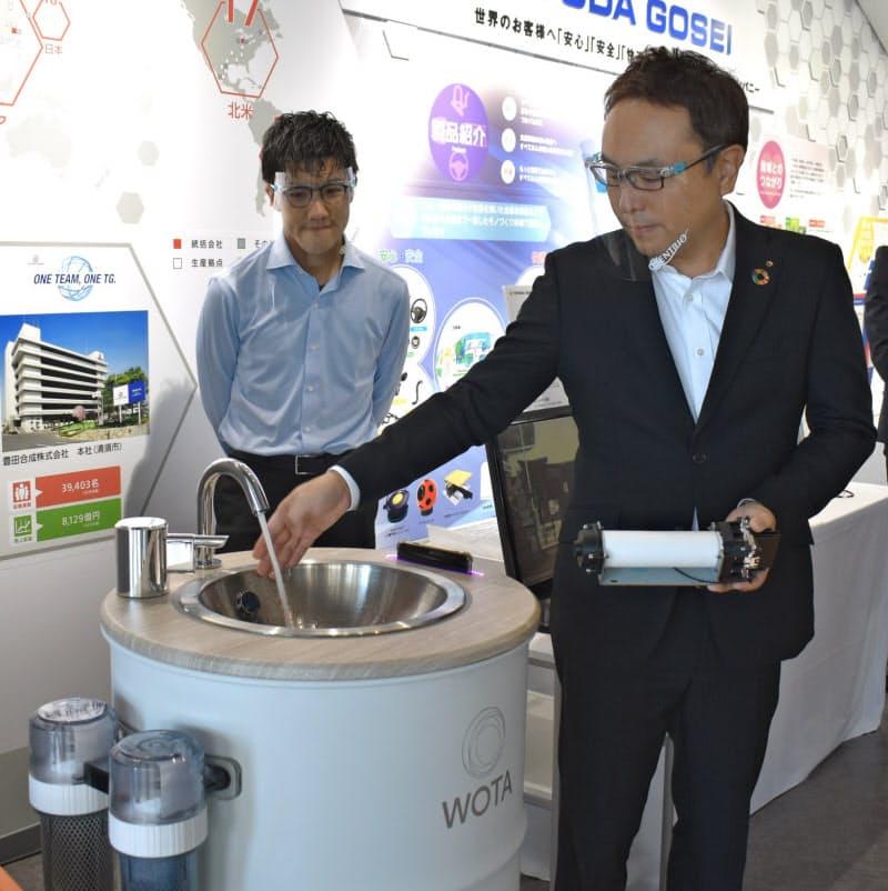 豊田合成の深紫外線発光ダイオード(LED)機器が搭載された手洗いスタンド(27日、愛知県稲沢市の豊田合成記念体育館)