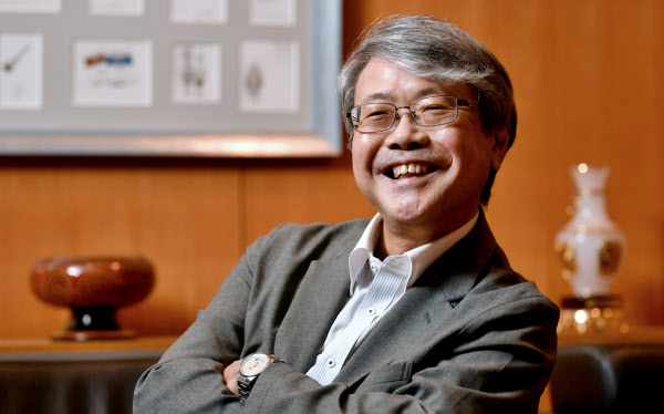よしだ・けんじ 1955年京都市生まれ。京都大学を卒業後、大阪大学大学院博士課程修了。アフリカのザンビアで仮面結社と憑霊(ひょうれい)現象についてのフィールドワークなどを実施。2017年から国立民族学博物館館長を務める。