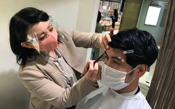 眉毛に化粧を施す男性が増えている(東京・八重洲のビューズ)