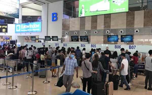 ベトナムでは新型コロナウイルス感染が下火になり、人の動きも活発になった(ハノイ市のノイバイ国際空港)
