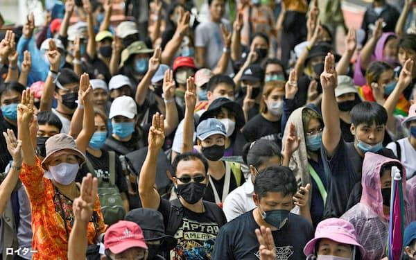 タイでは学生らによる反政府デモが相次いでいる(19日、バンコク)=ロイター