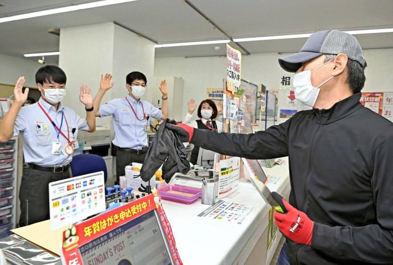 名古屋・新栄郵便局で局員が中心となって行われた強盗対応訓練(29日午前)=共同