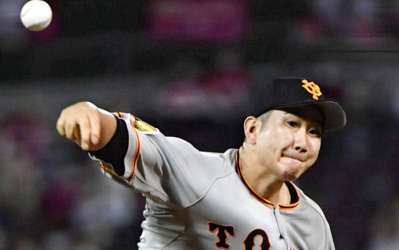 広島戦で勝利投手となり、開幕投手から12連勝のプロ野球記録に並んだ巨人・菅野(29日、マツダ))=共同